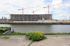 Blick vom Petersenkai über den Baakenhafen zur Baustelle der HafencityUniversität am Versmannkai.