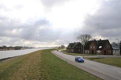 Wohnen hinter dem Deich - Süderelbe, Deichanlage und Wohnhäuser am Fuenfhausener Hauptdeich.