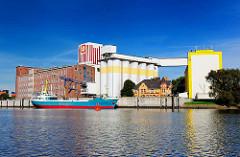 Architektur in Hamburg Wilhelmsburg - Industrieanlage im Reiherstieg - die Ladung eines Frachtschiffs wird gelöscht.