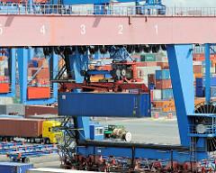 Ein Portalkran am Güterbahnhof Altenwerder transportiert einen Container zu seinem Bestimmungsort.