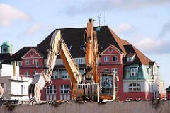 Abrissarbeiten im Hamburger Freihafen - Teile des Amts für Strom und Hafenbau werden abgerissen - Bagger reissen eine Hauswand ein. 2007