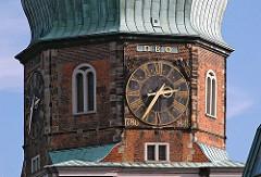 Kirchturmuhr der St. Katharinenkirche in der Hamburger Altstadt.