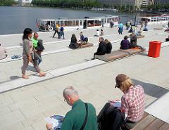 Sehenswürdigkeiten in der Hansestadt Hamburg - Sonnentage in der Stadt - Sitzplätze am Jungfernstieg, Anleger der Alsterschiffe.