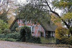 Fachwerkhaus mit blauem Gebälk, Balken und Reetdach im Stadtteil Hummelsbuettel, Gruetzmuehlenweg.