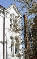 Hamburgs Architektur, Fotos von Gebäuden in Hamburg St. Pauli - Gründerzeithausfassade, Fabrikschornstein.