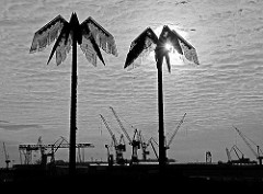 Palmen aus Stahl - Park Fiction bei der St. Pauli Hafenstrasse - Antonipark in Hamburg - Kräne der Werft Blohm + Voss im Hintergrund