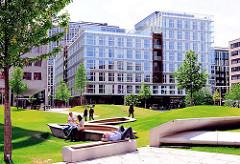 Mittagspause im Sandtorpark zwischen modernen Neubauten - Sommer in der Hansestadt Hamburg.