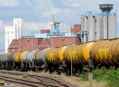 Gleisanlagen und Tankwaggons auf der Hohen Schaar in Hamburg Wilhelmsburg - Silogebäude und Speicher am Reiherstieg.