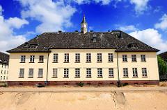 Vorderansicht Hauptgebäude Lettow Vorbeck Kaserne in Hamburg Jenfeld. Im Vordergrund ein vorbereiteter Graben für den Wasserlauf.