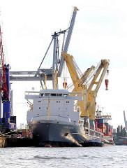 Frachtschiff mit Kränen am Sthamer Kai - Fotos aus dem Hafen Hamburgs; Kaianlagen im Hamburg Stadtteil Steinwerder.