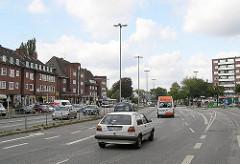 Blick zum Lokstedter Siemersplatz. sechsspurige Autostrasse - Hauptverkehrsstrasse in Hamburg mit 6 Spuren.