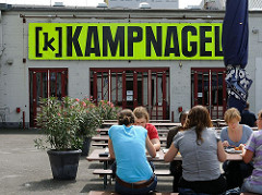 Kantine auf Kampnagel - Tische + Gäste  in der Sonne.
