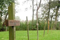 Einfache Holzkreuze auf dem Friedhof der Namenlosen - Insel Neuwerk.