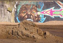 Baustelle Grünanlage Wendebecken - Hamburg Barmbek Nord - Graffiti und Sandhaufen. (2005)