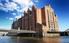 Gebäude des 1879 errichteten ehem. Kaispeicher B; die Architekten des Hamburger Hafengebäudes waren Hanssen + Meerwein. Jetzt hat dort das internationale Maritime Museum seinen Sitz.