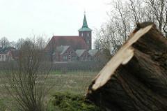 Baumrodung zur Startbahnverlängerung  - Baumfällung; Neuenfelder Pankratiuskirche, Häuser des Dorfes - 07 / 2006_