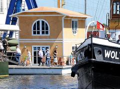 Bilder aus dem Harburger Binnenhafen - modernes Hausboot; historischer Schlepper Woltman