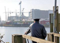 Binnenhafen von Hamburg Harburg - Blick auf Gewerbegebäude und Baustellen.
