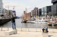 Blick über den Sandtorhafen in der Hafencity - lks. im Hintergrund die Baustelle am Kaispeicher A, der zukünftigen Hamburger Elbphilharmonie.