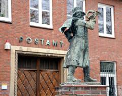 Volksdorfer Postamt mit Postillionskulptur Platz Weisse Rose.