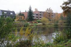 Teich der Susebek - Hummelsbüttler Gruetzmuehlenweg, Neubauten am Wasser - Neubauwohnungen in Hamburger Wohngebieten.