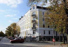 Renoviertes Etagenhaus in Hamburg Eilbek - Grunderzeitfassade mit weissen Stuckelementen.