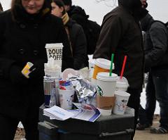 Müllentsorgung auf dem Alstereisvergnügen - Trinkbecher stapeln sich im Papierkorb, der überquillt.