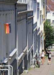 Wohnen in Hamburg Wilstorf - Fussgängerinnen auf einem abschüssigen Gehweg in Hamburg Wilstorf.