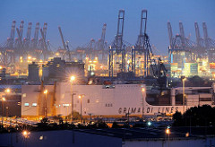 Nachtaufnahme im Hamburger Hafen - Bilder aus dem Stadtteil KLeiner Grasbrook; RoRo Schiff am Oswaldkai - beleuchtete Hafenkräne bei Nacht.