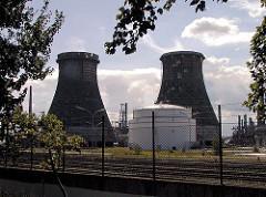 Industriearchitektur in Hamburg Wilhelmsburg - Raffinerie und Bahngleise.