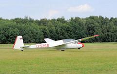 Ein Segelflugzeug wird auf der Startfläche des Boberger Segelflugplatzes von der Winde angezogen - der Bug des Flugzeugs hat sich schon leicht angehoben.