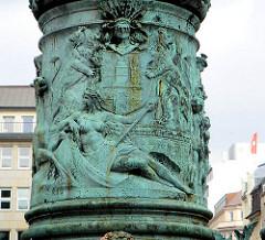 Fahnenmast Hamburger Rathaus - Metallrelief am Fuss der Fahnenstange - Hamburg Wappen / Löwen, Figur Hammonia. Fotografien aus dem Stadtteil Hamburg Altstadt.