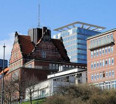 Architektur der historischen Navigationsschule - moderner Bau des neuen Astraturms an der Bernhard Nocht Strasse in Hamburg St. Pauli.