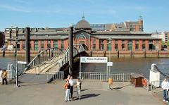 Fähranleger / Ponton für die Hafenfähre; Altona (Fischmarkt), Fischauktionshalle.