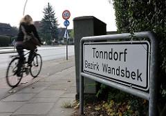 weisses Stadtteilschild mit schwarzer Schrift, Tonndorf Bezirk Wandsbek.