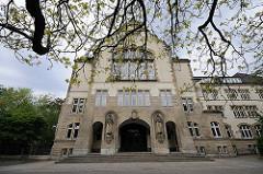 Gymnasium Altona, 1908 - 1910 nach Plänen des Stadtbaumeisters Emil Brandt erbaut;  Eingang des Schulgebäudes.