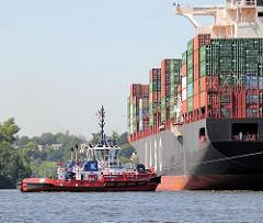Die Hafenschlepper schleppen das Frachtschiff HATTA in den Waltershofer Hafen, eines der Hafenbecken für Seeschiffe an seinen Liegeplatz.