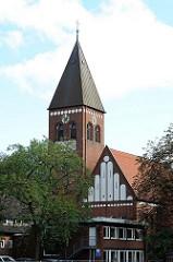Kirchturm und Kirchengebäude der Michaeliskirche in Hamburg Neugraben.