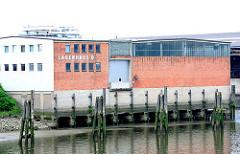 Lagerhaus D im Moldauhafen bei Ebbe - das Fundament des Lagergebäude ist freigelegt.