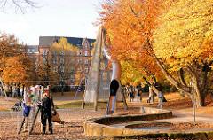 Kinderspielplatz mit Rutsche - Grünanlage Lohmühlenstrasse - herbstliche Bäume