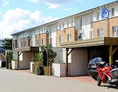 Carports, Garagen in einer der Wohnstrassen von Hamburg Neuallermöhe.