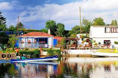 Häuser am Kanal in Hamburg Rothenburgsort - ein Kanu fährt auf dem Wasser des Kanals.
