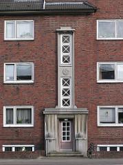 Klinkergebäude am Steindamm - Expressionistisches Dekor am Hauseingang und der Hausfassade.
