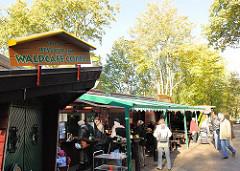 Waldcafe im Niendorfer Gehege im Herbst - sonniger Herbstsonntag - Gäste im Ausflugslokal / Sonntagsausflug; Fotos aus dem Hamburger Stadtteil Niendorf.