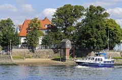 Elbufer  in Hamburg Kirchwerder - Sportboot auf der Elbe beim Zollenspieker Fährhaus.