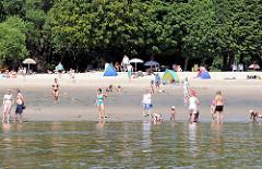 Strandleben an der Elbe - Zelte als Sonnenschutz am Strand in den Hamburger Elbvororten - Bilder aus Hamburg Rissen.