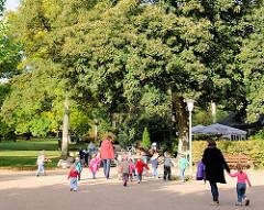 Kindergartenausflug in den Hamburger Stadtpark - die Grüne Lunge der Hansestadt Hamburg.