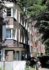 Klinkeretagenhaus - Fassade mit Fenstern - Wohngebäude im Hamburger Stadtteil Barmbeknord.