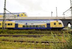 Zwei Züge der metronom Eisenbahngesellschaft fahren Richtung Hamburger Hauptbahnhof  - Vidadukt Versmannstrasse, Hafencity Hamburg.
