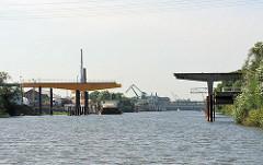 Blick in den Müggenburger Kanal - Anleger mit Krananlagen, die über die Liegeplätze der Schiffe hinausragen.